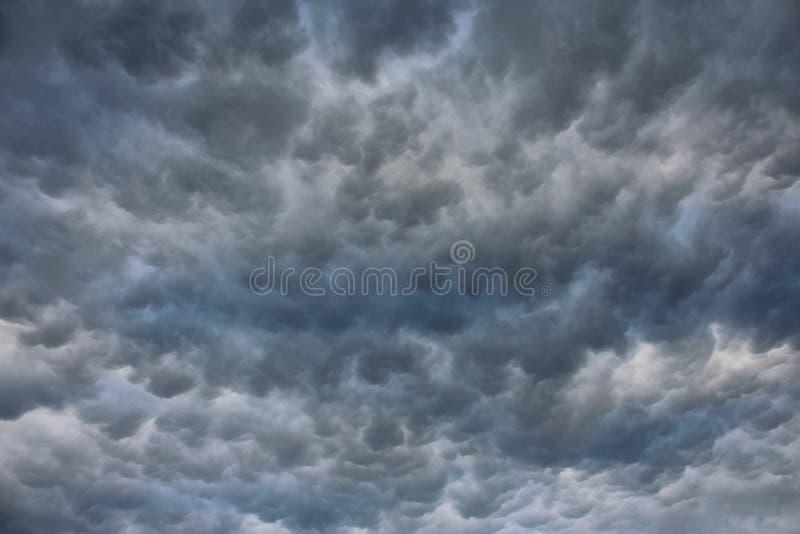 Θυελλώδης ουρανός με τα επικά σύννεφα στοκ φωτογραφία