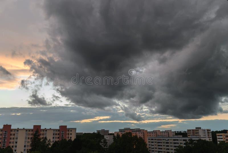 Θυελλώδης ουρανός στο Μόναχο - Neuperlach στοκ φωτογραφία με δικαίωμα ελεύθερης χρήσης