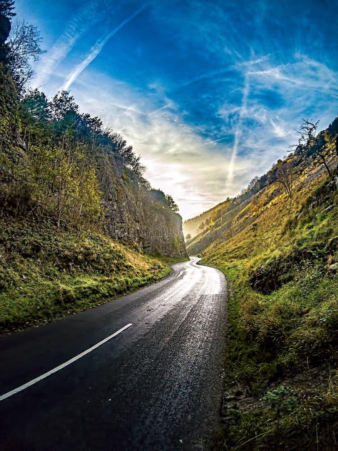 Θυελλώδης δρόμος μέσω του φαραγγιού τυριού Cheddar, Αγγλία στοκ φωτογραφία