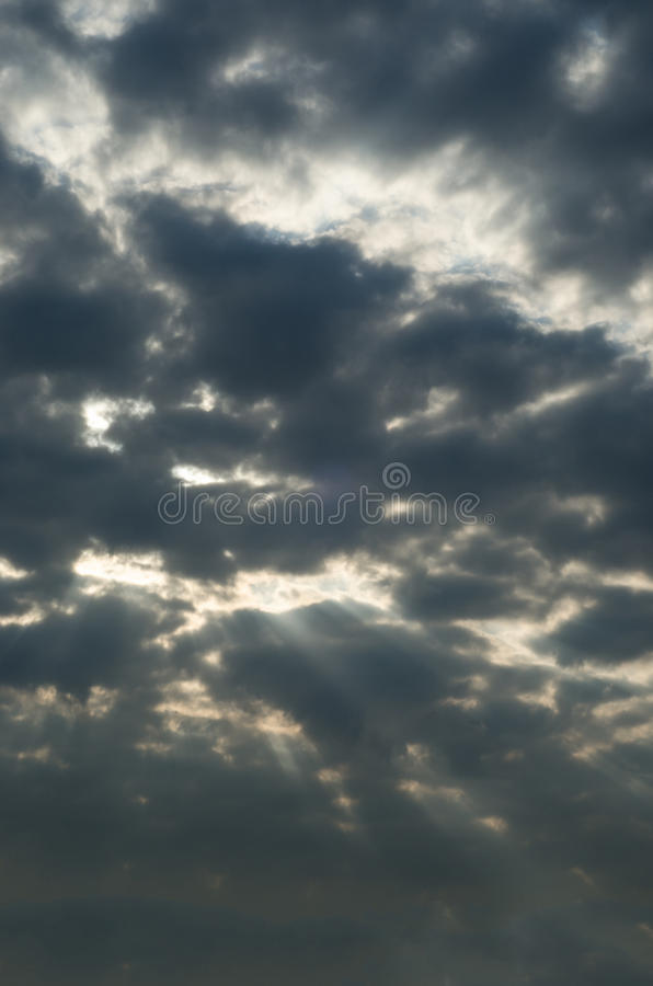 Θυελλώδης σκοτεινός ουρανός με τις ακτίνες ήλιων που σπάζουν κατευθείαν στοκ εικόνες