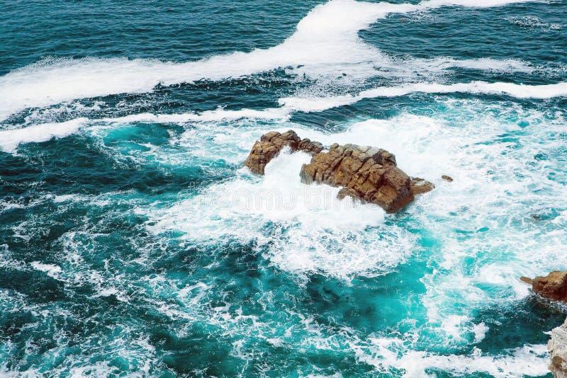 Θυελλώδη κύματα που κτυπούν ενάντια στους βράχους, Βρετάνη στοκ εικόνες με δικαίωμα ελεύθερης χρήσης