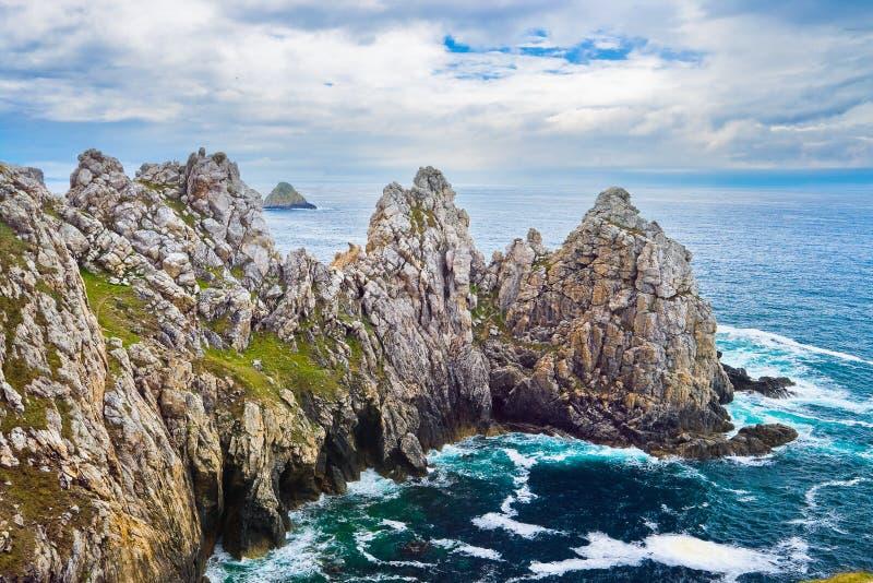 Θυελλώδη κύματα που κτυπούν ενάντια στους βράχους, Βρετάνη στοκ εικόνες