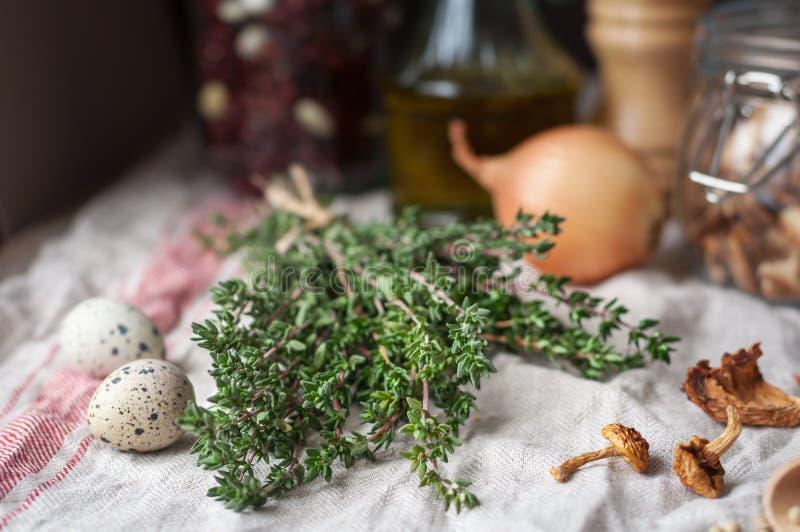 Θυμάρι και άλλα συστατικά σούπας μανιταριών στοκ φωτογραφία