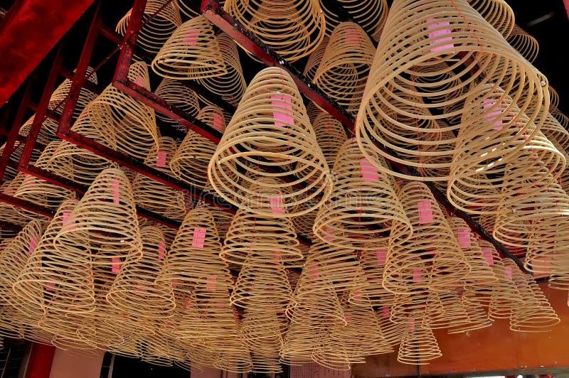 Θυμίαμα εγκαυμάτων σε έναν κινεζικό ναό στοκ εικόνες