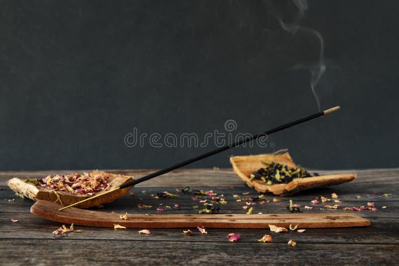 Θυμίαμα καπνίσματος στο ξύλινο υπόβαθρο στοκ φωτογραφία με δικαίωμα ελεύθερης χρήσης