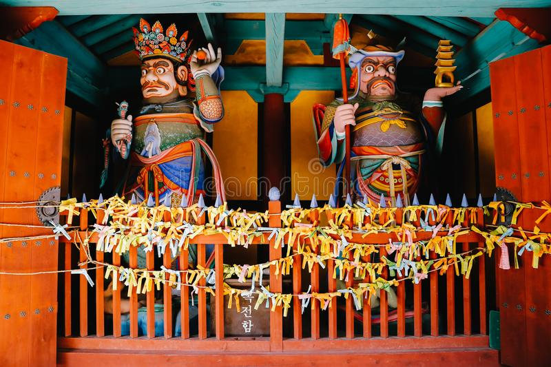 Θυρωρός, αγάλματα του Βούδα στο ναό Donghwasa, Daegu, Κορέα στοκ εικόνες