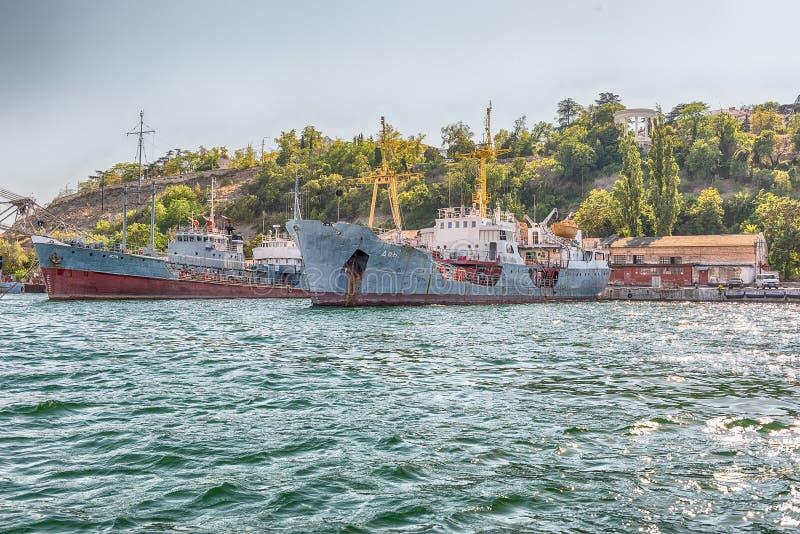 Θωρηκτά στόλου Μαύρης Θάλασσας στην αποβάθρα του κόλπου της Σεβαστούπολης, Κριμαία διανυσματική απεικόνιση