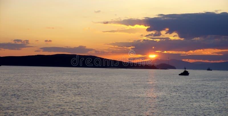 Θωρηκτό και ηλιοβασίλεμα στοκ εικόνα