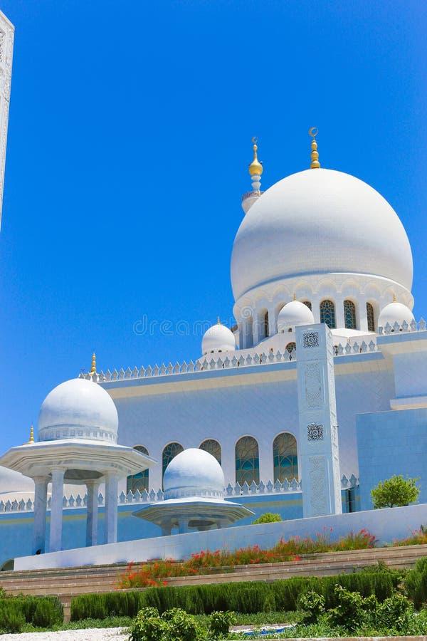 Θόλοι του μεγάλου μουσουλμανικού τεμένους Shaiekh Zayed - Αμπού Ντάμπι στοκ φωτογραφία με δικαίωμα ελεύθερης χρήσης