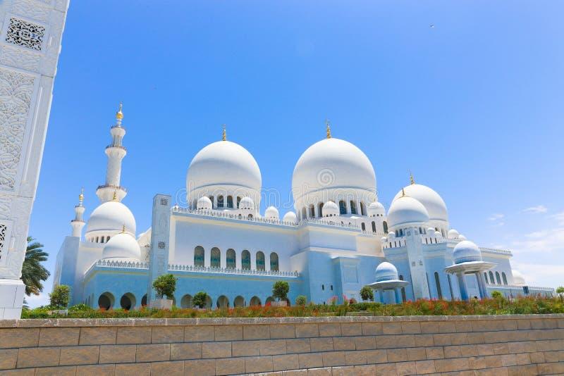 Θόλοι του μουσουλμανικού τεμένους Shaiekh Zayed - Αμπού Ντάμπι στοκ εικόνες