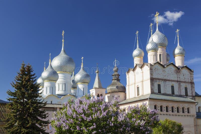 Θόλοι των καθεδρικών ναών του Κρεμλίνου του Ροστόφ ο μεγάλος μια ηλιόλουστη ημέρα άνοιξη Χρυσό δαχτυλίδι, στοκ εικόνες με δικαίωμα ελεύθερης χρήσης