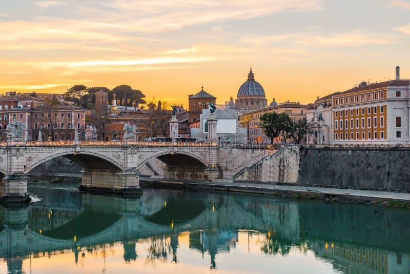 """Ρώμη, Ιταλία Θόλος Βατικάνου της βασιλικής ή του SAN Pietro Αγίου Peter και γέφυρα Sant """"Angelo πέρα από τον ποταμό Tiber στοκ εικόνες με δικαίωμα ελεύθερης χρήσης"""