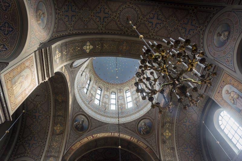 Θόλος και πολυέλαιος στον καθεδρικό ναό Ελσίνκι Uspenski στοκ φωτογραφία