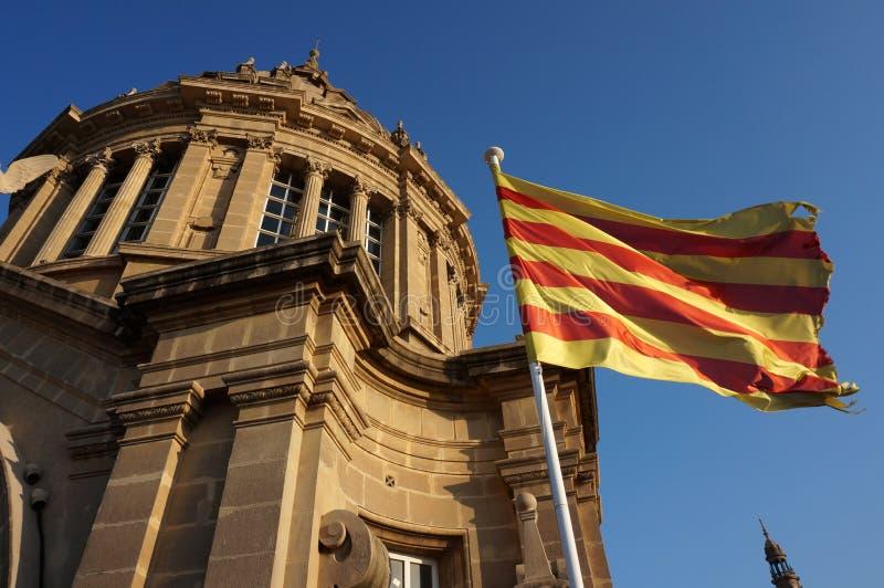 Θόλος και σημαία του εθνικού Μουσείου Τέχνης Catalunya στοκ φωτογραφία με δικαίωμα ελεύθερης χρήσης