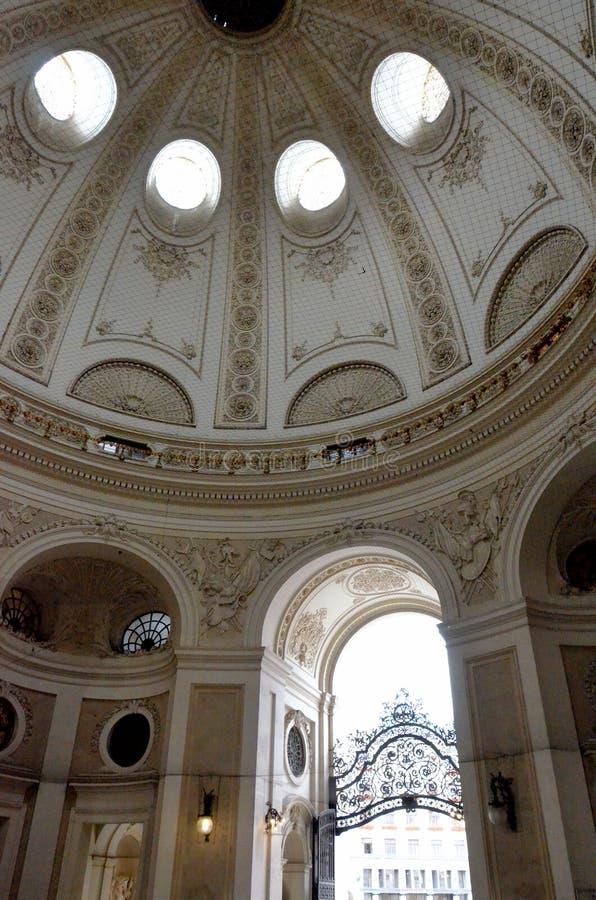Θόλος μέσα σε ένα αυστριακό αυτοκρατορικό παλάτι στοκ φωτογραφία