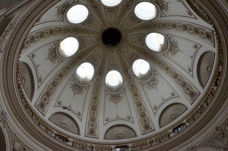 Θόλος μέσα σε ένα αυστριακό αυτοκρατορικό παλάτι στοκ εικόνες