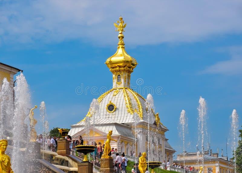 Θόλος του δυτικού παρεκκλησιού και μεγάλος καταρράκτης του παλατιού Peterhof, Άγιος Πετρούπολη, Ρωσία στοκ εικόνες