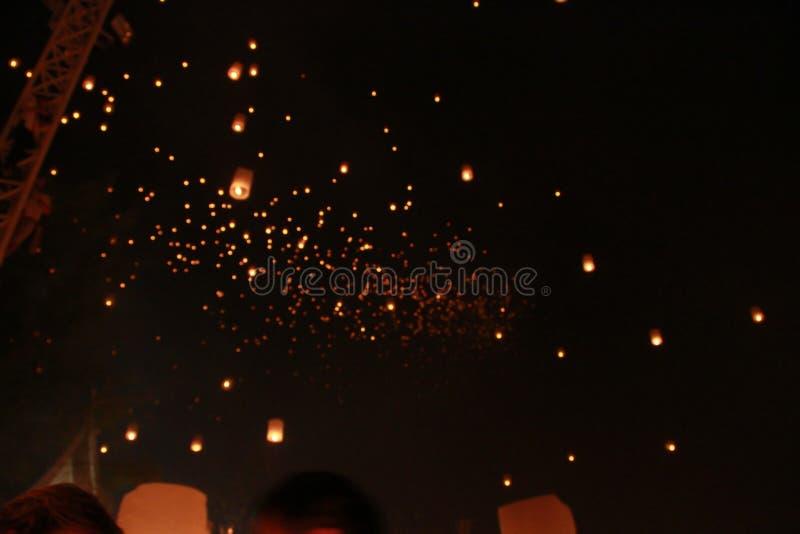 Θόλωσε πολύ μπαλόνι φαναριών ουρανού απελευθερώθηκε στο φεστιβάλ Loy Krathong Για να προσεηθεί για την ευτυχία Θεωρήστε του βουδι στοκ φωτογραφία με δικαίωμα ελεύθερης χρήσης