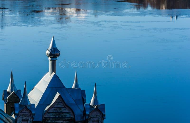 Θόλοι εκκλησιών στο μπλε υπόβαθρο του ποταμού στοκ φωτογραφία με δικαίωμα ελεύθερης χρήσης