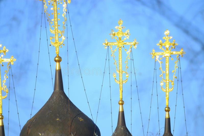 Θόλοι της Ορθόδοξης Εκκλησίας με τους χρυσούς σταυρούς στοκ εικόνες
