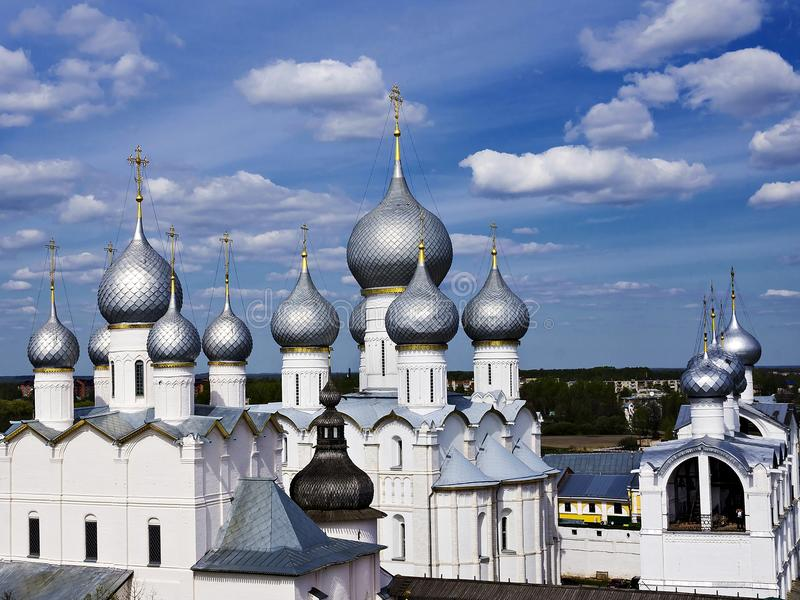 Θόλοι των καθεδρικών ναών του Κρεμλίνου στο Ροστόφ, Ρωσία στοκ εικόνα