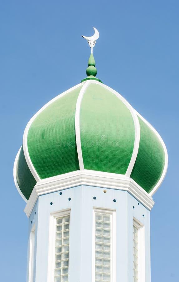 Θόλος του μουσουλμανικού τεμένους στο μπλε ουρανό στοκ εικόνα