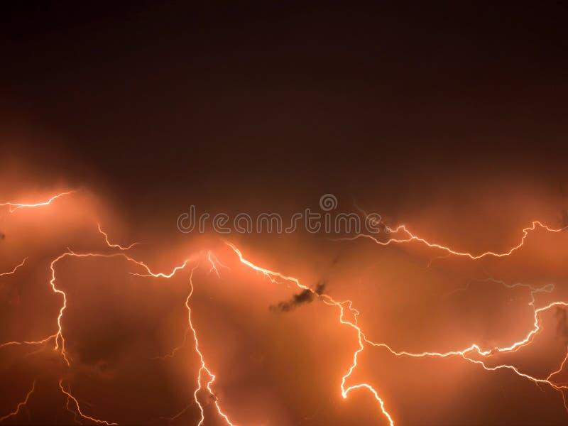 Θύελλα αστραπής, λάμψη καταιγίδας πέρα από το νυχτερινό ουρανό θυελλώδης καιρός στοκ εικόνες