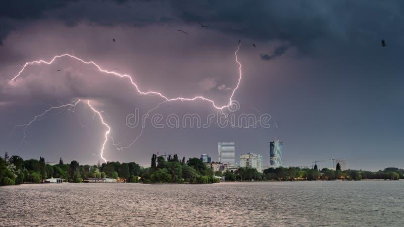 Θύελλα αστραπής πέρα από την πόλη στη δυνατή βροχή της Ρουμανίας θερινού χρόνου στοκ εικόνες