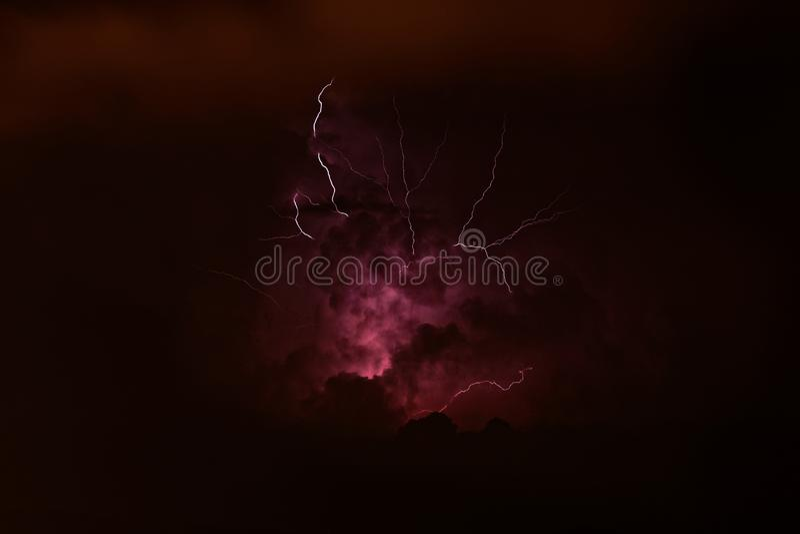 Θύελλα - κεραυνός με τη λάμψη στα Πυρηναία, Ισπανία στοκ φωτογραφία