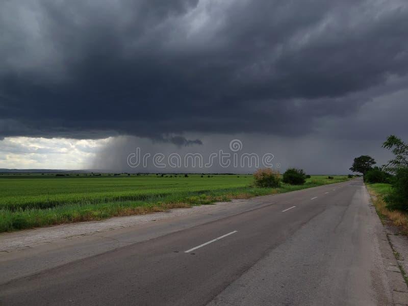 Θύελλα πέρα από τον τομέα στοκ φωτογραφία