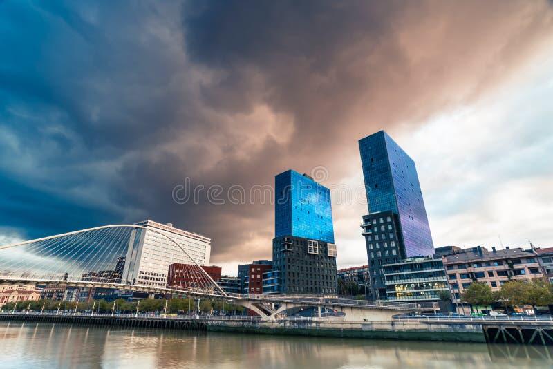 Θύελλα πέρα από Torres de isozaki και τη γέφυρα zubizuri στοκ φωτογραφία