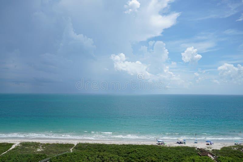 Θύελλα που κινείται πέρα από τον ωκεανό στοκ εικόνα