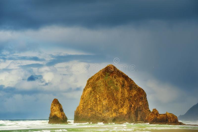 Θύελλα στο βράχο θυμωνιών χόρτου στην παραλία Όρεγκον πυροβόλων στοκ εικόνες με δικαίωμα ελεύθερης χρήσης