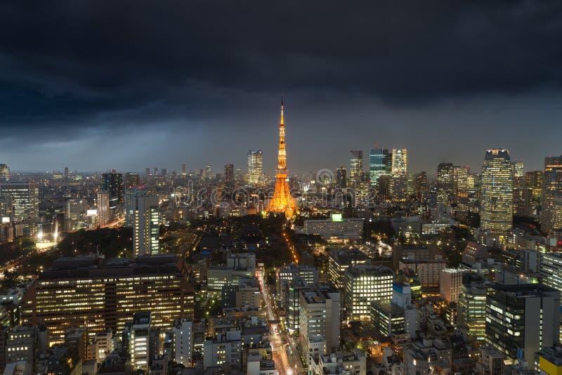 Θύελλα βροχής πέρα από την πόλη του Τόκιο, Ιαπωνία στη νύχτα με το συννεφιασμένο στοκ φωτογραφίες με δικαίωμα ελεύθερης χρήσης
