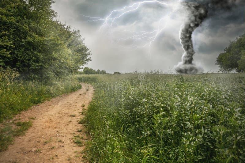 Θύελλα κινδύνου που παράγει έναν ανεμοστρόβιλο στοκ εικόνα
