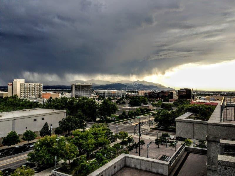 Θύελλα πέρα από τα βουνά και το Σόλτ Λέικ Oquirrh στη Γιούτα από τη στο κέντρο της πόλης Σωλτ Λέικ Σίτυ στο ηλιοβασίλεμα στοκ εικόνες