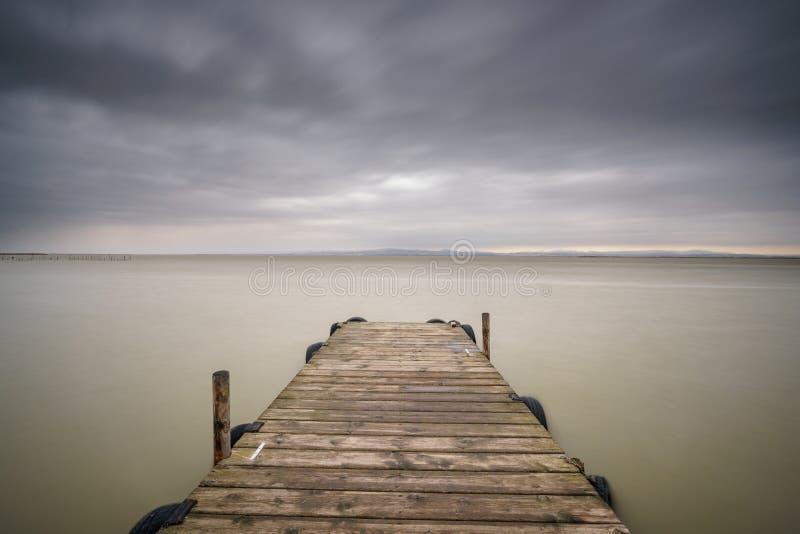 Θύελλα πέρα από Albufera με την ξύλινη αποβάθρα, Βαλένθια στοκ φωτογραφίες με δικαίωμα ελεύθερης χρήσης