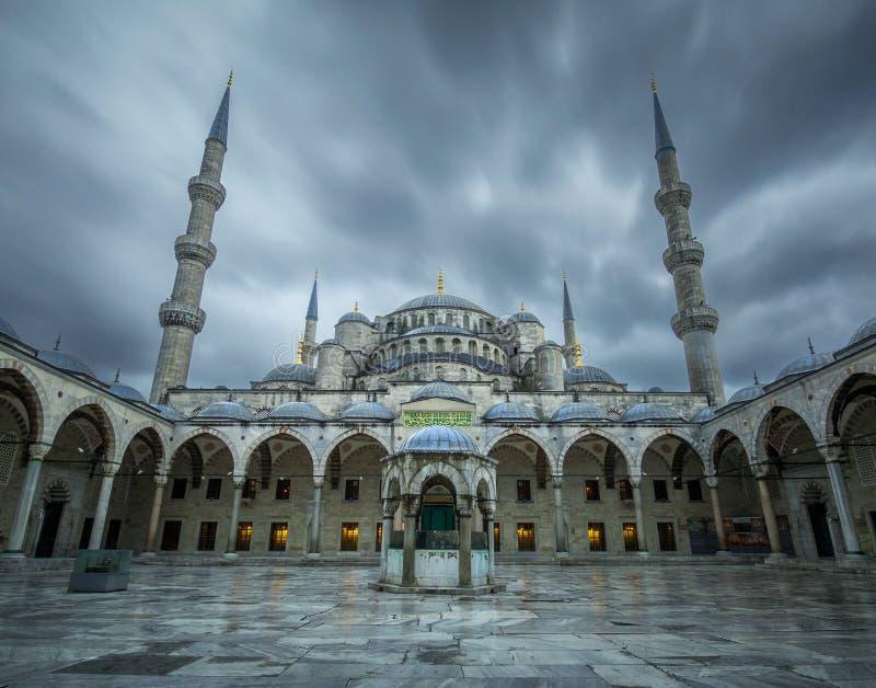 Θύελλα στο μπλε μουσουλμανικό τέμενος (Sultanahmet) στοκ φωτογραφία με δικαίωμα ελεύθερης χρήσης