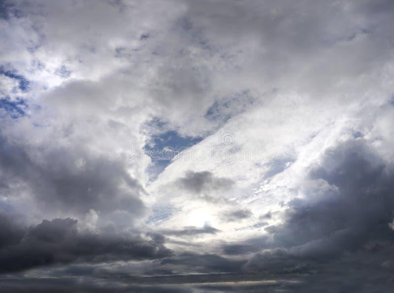 Θλιβερός ουρανός με τα σύννεφα θύελλας στοκ φωτογραφία με δικαίωμα ελεύθερης χρήσης