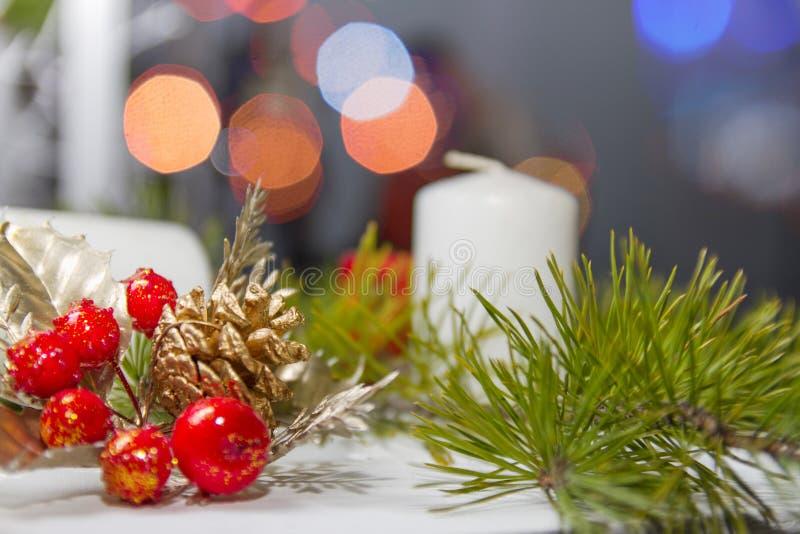διακοσμήσεις Χριστουγέννων κλάδων κιβωτίων σφαιρών handbell στοκ φωτογραφίες με δικαίωμα ελεύθερης χρήσης