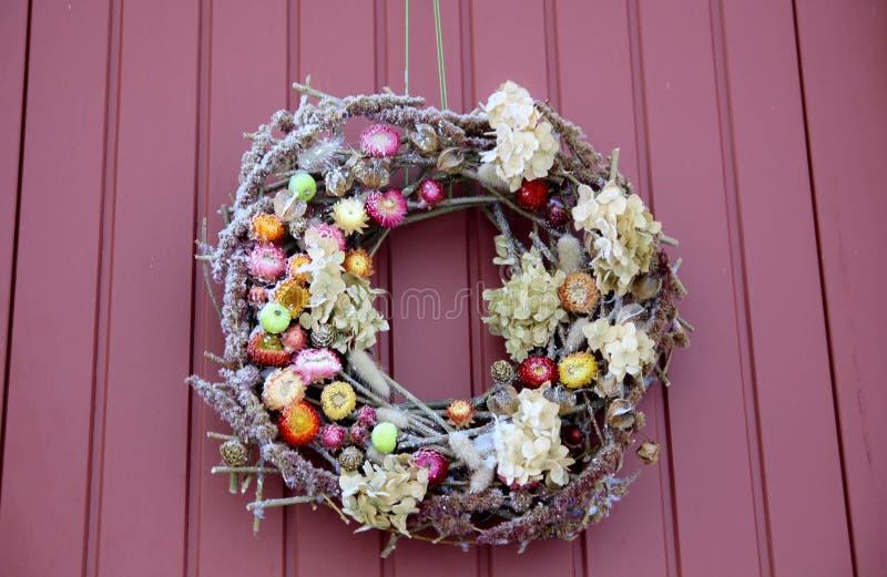 διακοσμητικό στεφάνι Μπροστινή πόρτα Χριστουγέννων στοκ φωτογραφίες