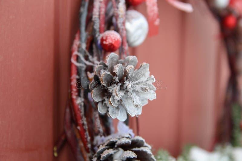 διακοσμητικό στεφάνι Μπροστινή πόρτα Χριστουγέννων στοκ εικόνες με δικαίωμα ελεύθερης χρήσης