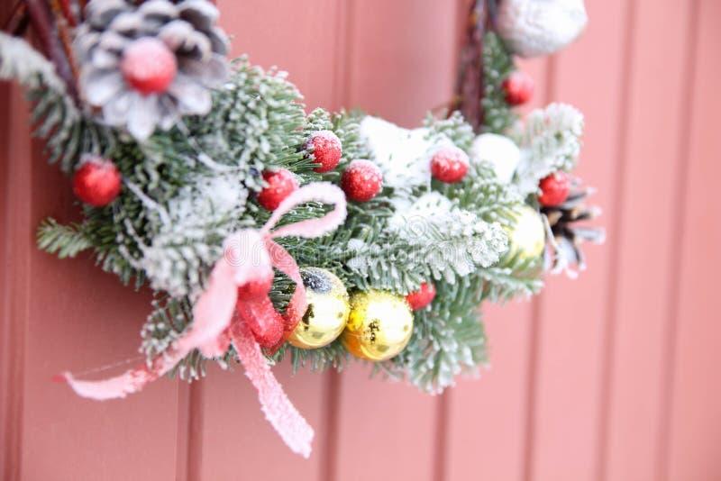 διακοσμητικό στεφάνι Μπροστινή πόρτα Χριστουγέννων στοκ φωτογραφία