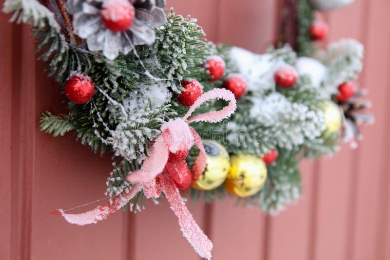 διακοσμητικό στεφάνι Μπροστινή πόρτα Χριστουγέννων στοκ φωτογραφίες με δικαίωμα ελεύθερης χρήσης