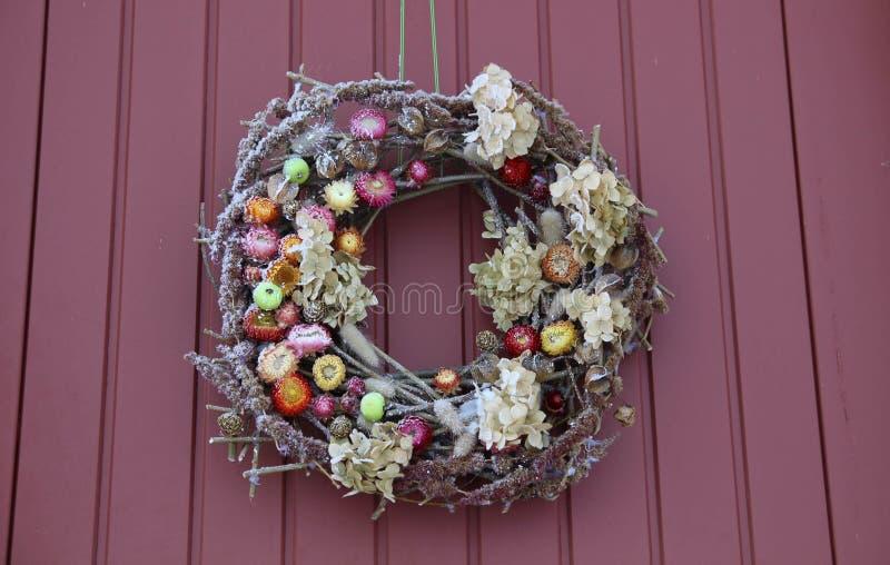 διακοσμητικό στεφάνι Μπροστινή πόρτα Χριστουγέννων στοκ φωτογραφία με δικαίωμα ελεύθερης χρήσης