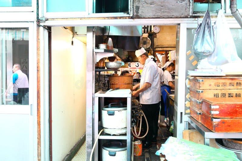 Ιαπωνία: Μάγειρας στην κουζίνα στοκ φωτογραφία