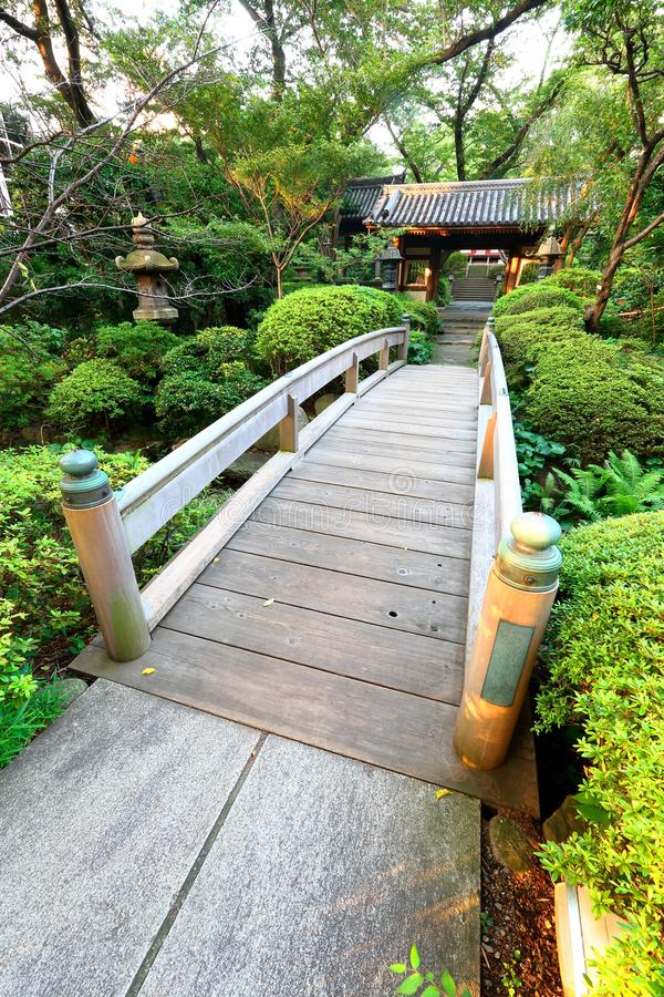 Ιαπωνία: Ξύλινη γέφυρα στον ιαπωνικό κήπο στοκ φωτογραφία