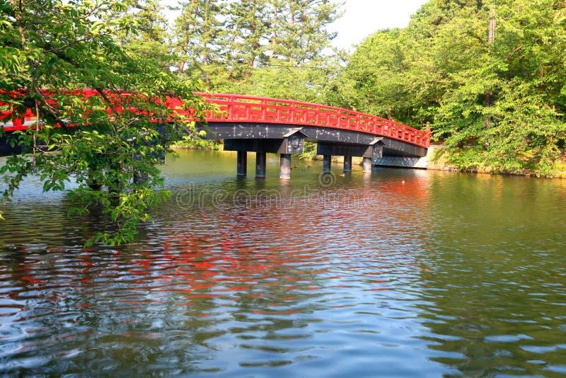 Ιαπωνία: Ξύλινη γέφυρα στο ιαπωνικό πάρκο στοκ εικόνες με δικαίωμα ελεύθερης χρήσης