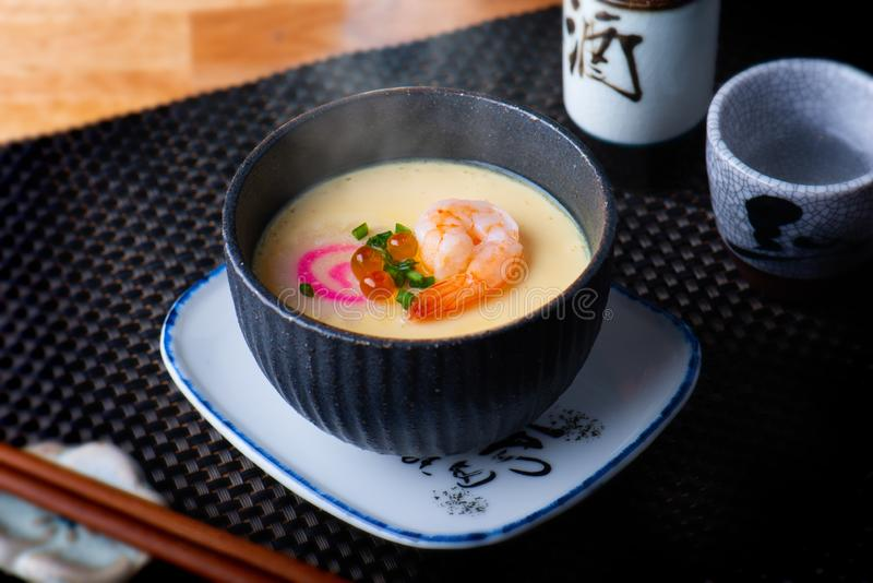 Ιαπωνικά βρασμένα στον ατμό αυγά με τις γαρίδες στοκ εικόνα