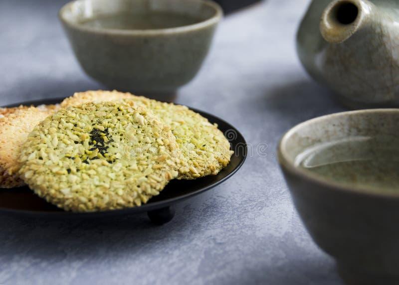 Ιαπωνικά ζευγάρια μπισκότων τσαγιού ωραία με το τσάι στοκ φωτογραφία με δικαίωμα ελεύθερης χρήσης